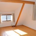 2階洋室12畳の南西方向を撮影。