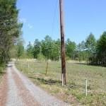 物件北西側より東方向を撮影。物件は道路右側。