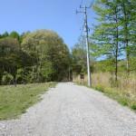 物件東南側より北方向を撮影。物件は道路左側。