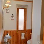 2階トイレ(奥)と洗面(手前)