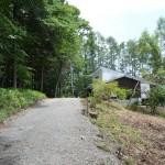 敷地北西側から東方向を撮影。東側隣地に新築の別荘あり。