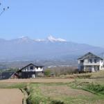 敷地北側からの眺め。高台に位置するため八ヶ岳の全景を眺望できます。(望遠レンズ使用)