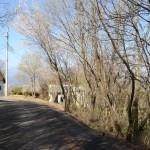 物件東南側舗装公道の南西方向を撮影。敷地は道路右側。