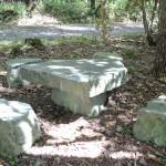 駐車場脇にある石造りのテーブルと椅子。
