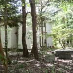 建物北東側より撮影。アプローチ手前に石造りのテーブルセットあり。