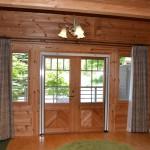 ダイニングから西方向を撮影。ドアの外側約10畳大のテラス。