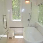 2階南西角に位置する明るい浴室。