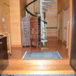 玄関入口から撮影。正面にスチール製の螺旋階段。
