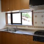 キッチン。窓から正面に八ヶ岳を眺望。