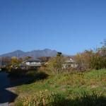 敷地西側公道の南側から北方向を撮影。敷地は道路右側の草地部分。美しい八ヶ岳の眺望。