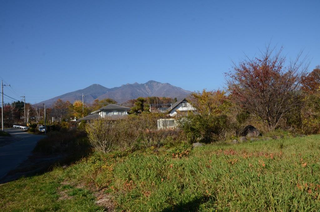 敷地から北方向を撮影。八ヶ岳全景を眺望。敷地は手前の草地部分。