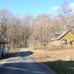 物件東南側から西方向を撮影。道路は敷地に接面する舗装道路。