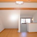 2階洋室12畳の北方向を撮影。階段右側がロフト6畳。