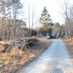 物件北東側公道の東側から西方向を撮影。物件は道路左側。