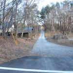 物件北東側道路の西側から東方向を撮影。写真手前までが舗装道路。