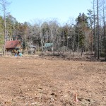 敷地南西側から東方向を撮影。手前の赤い杭が南西角の境界杭。
