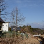 敷地東南側から北方向を撮影。八ヶ岳の遠景を眺望。右側に小川あり(約3m程下に流れあり)。