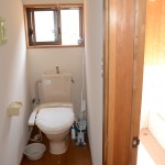 トイレ。右側が浴室。