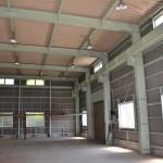 建物西側から東方向を撮影。東南側にも入口(シャッター)あり。