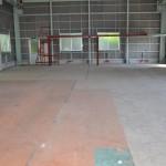 建物西側から東方向を撮影。床部分