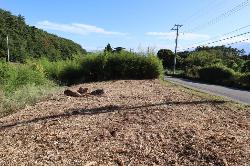 敷地北側から南方向を撮影。富士山と南アルプスの眺望あり。敷地の竹林は伐採済み。