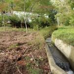 敷地東南側から北方向を撮影。敷地東側に沿って流れる用水路。