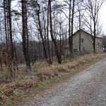 物件北西側から南方向を撮影。公道の左側(東側)が敷地。東側への傾斜ですが、明るい林間で東方向の眺望があります。前方の別荘までが敷地です。