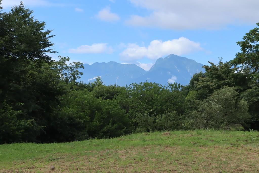 敷地中央から南西方向を撮影。南アルプス甲斐駒ヶ岳を眺望。