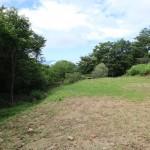 敷地東南側から西方向を撮影。敷地南側境界付近が一段低くなっている。
