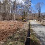敷地東南角から北方向を撮影。物件は道路左側。道路は幅員6m公道。冬季の除雪があります。