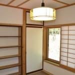 北東側和室6畳。押入れの左側は造り付けの本棚。天井・壁・襖・畳・障子はリフォーム済。
