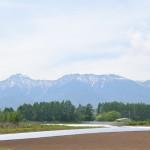 別荘地手前から八ヶ岳方向を撮影。正面が横岳、左に赤岳、右に硫黄岳。