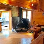 角ログハウス1階リビングの薪ストーブ方向を撮影。薪ストーブの南側がキッチン。