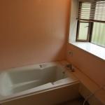 北側が全面窓の明るい浴室。