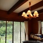 1階南西側の洋室10畳。三方が窓の明るい部屋。梁を出した天井と天然木の壁が、落ち着いた印象です。