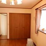 2階東南側の洋室7.5畳。南側から北方向を撮影。