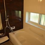 明るい追い焚き機能付き浴室