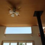 リビングの天井方向。吹き抜けの高い天井で気持ち良い。