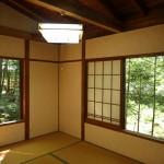 三方に窓があり、明るい東南側の和室6畳。