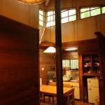 リビングからキッチン方向を撮影。天井付近にも窓があり、明るく気持ちの良い造り。