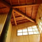 リビング天井方向を撮影。しっかりした重厚な造り。