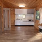 リビングからキッチン方向を撮影。右側にFF暖房機。