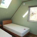 2階北側7.5畳洋室。窓から八ヶ岳を僅かに眺望。