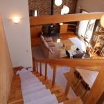 2階ホールから階段下方向を撮影。