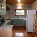 リビング側から6帖大のキッチンを撮影。キッチンの壁は全面タイル張り。