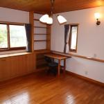 1階南西側洋室10帖。床と天井は全室天然木仕様。