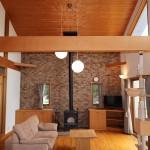 キッチン側からリビング方向を撮影。薪ストーブ側の壁は全面が耐火煉瓦仕様。