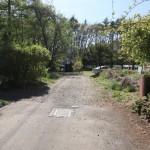 物件南側道路の東側から西方向を撮影。物件は道路右側。
