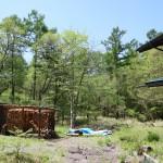 建物東側から南方向を撮影。道路入口近くにある薪小屋と物置。