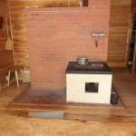 リビング中央のペチカ。奥のレンガ壁全体で家を温める構造。